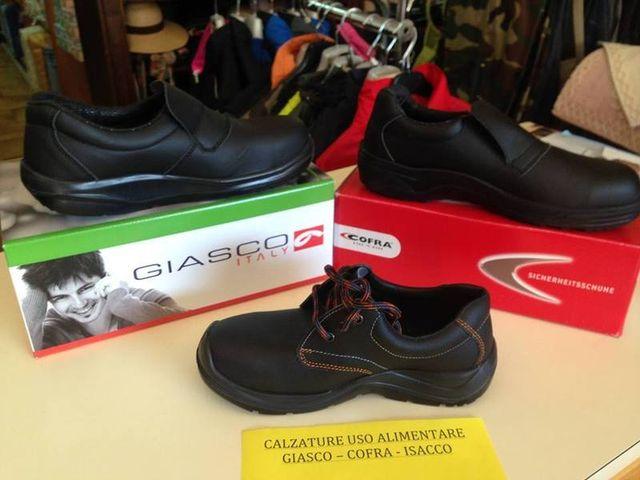 scarpe antinfortunistica esposte in un negozio