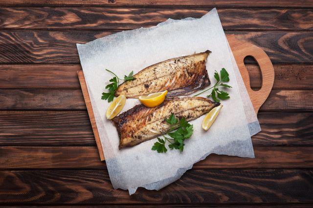 filetti di pesce su tagliere di legno