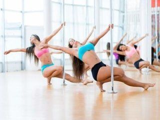 atlete che ballano pole dance in palestra