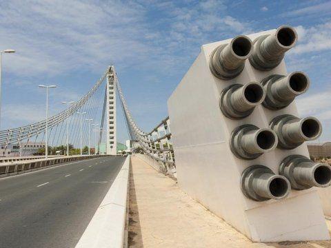 Otto pezzi di metallo alla fine del ponte