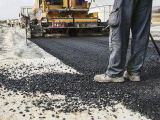 Macchina asfaltando la strada
