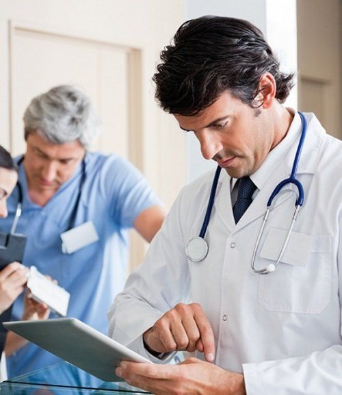 un medico con in mano un tablet