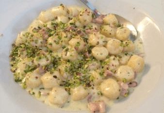 Gnocchi con speck e pistacchi