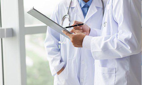 due medici che consultano una cartella