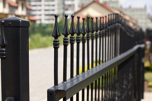 una ringhiera nera in ferro battuto