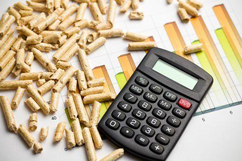 dei pezzi di pellet accanto una calcolatrice