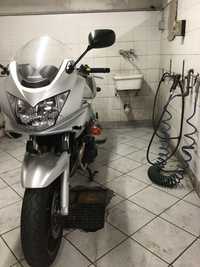 Operaio adeguando la ruota della moto