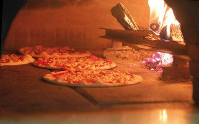 Pizza cotta col forno a legna a Trieste