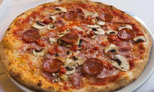 pizza con prosciutto funghi e salame piccante