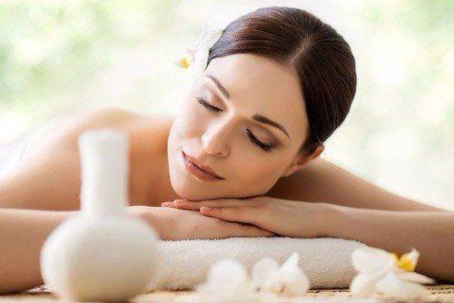donna si riposa durante un massaggio