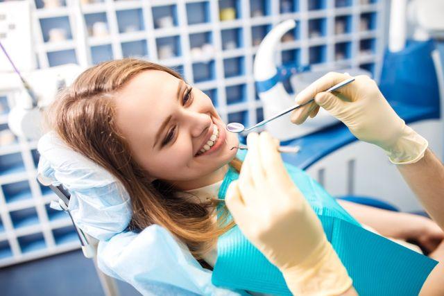 donna che sorride durante una visita dentistica