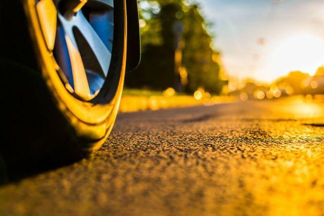 ruota di un'auto sulla strada