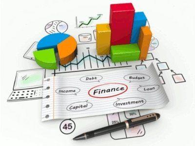 dei grafici, una penna e un foglio con dei termini finanziari scritti