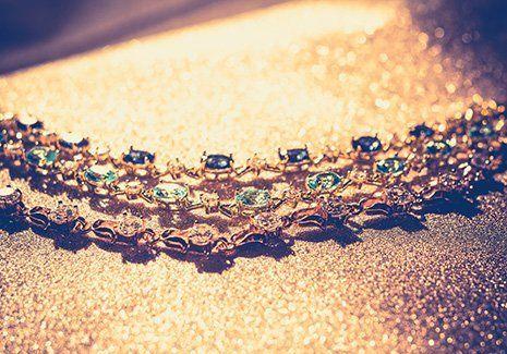 Una collana in oro con le pietre preziose a Arezzo