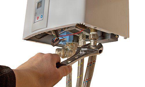 dei tubi con dei manometri di un impianto di riscaldamento