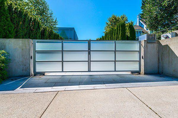 cancelli moderni con vialetto di casa di lusso