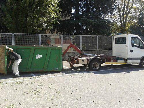un container e un furgone