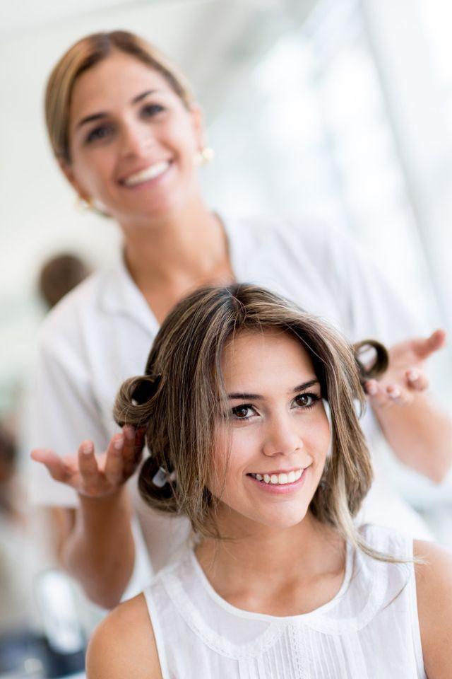 una donna con capelli biondi raccolti dietro