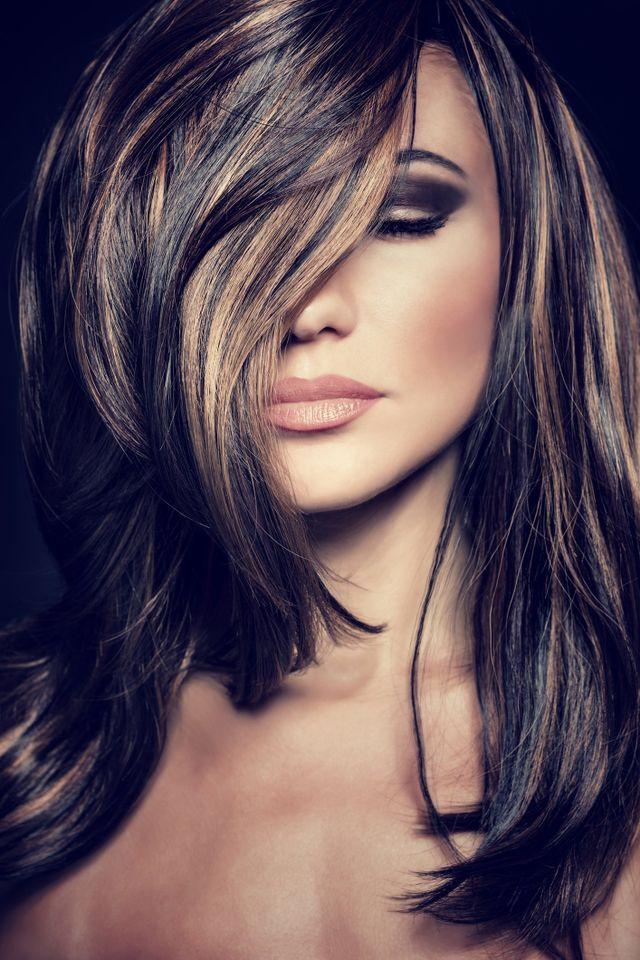una donna con capelli biondi dietro raccolti visto di lato