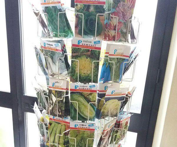 uno stand con delle sementi in pacchetti