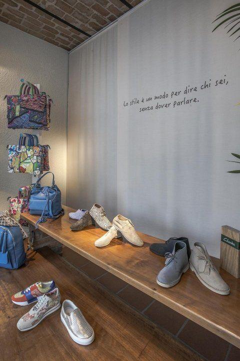 delle borse  multicolore e delle scarpe della marca Clarks