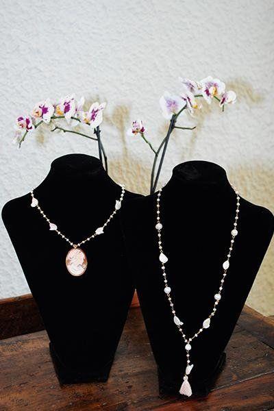 due collane con perline di color bianco