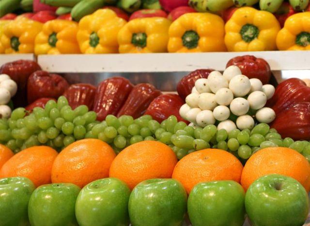 mele,arance e  peperoni rossi e gialli