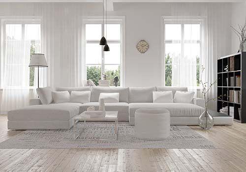 Grandi finestre in colore bianco in un salone