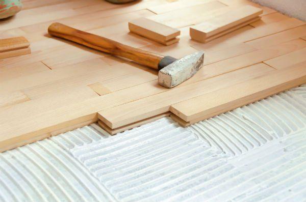 Pezzi di legno e un martello