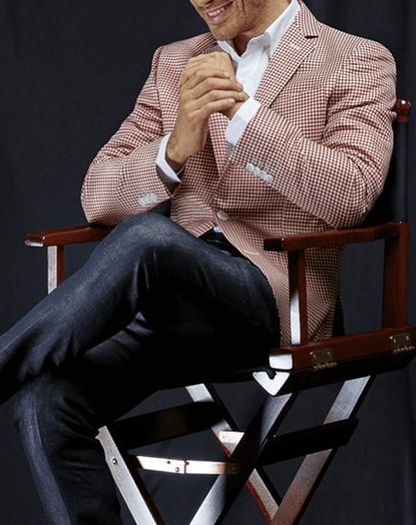 un uomo con una camicia in lino e una giacca