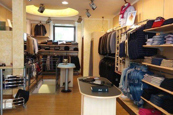 interno di un negozio di abbigliamento da uomo