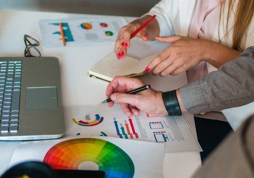 Uomo e donna lavorano con i disegni colorati