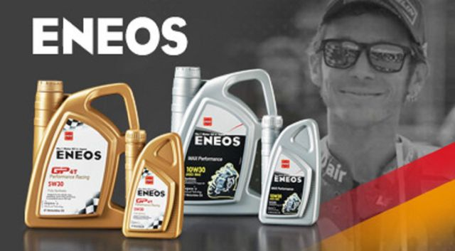 lattine di olio eneos con Valentino Rossi sullo sfondo