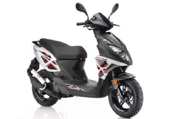 uno scooter Keeway color nero con degli adesivi