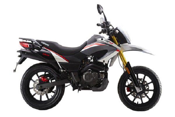 una moto Keeway color grigio, bianco e nero