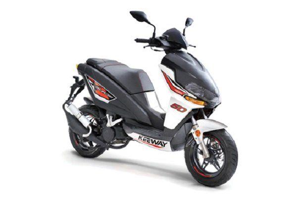 uno scooter Keeway bianco e  nero