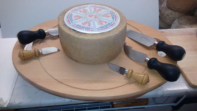 pecorino dolce intero su un tagliere in legno