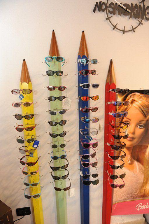 degli occhiali da sole esposti