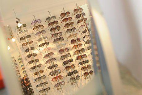 degli occhiali da sole in esposizione