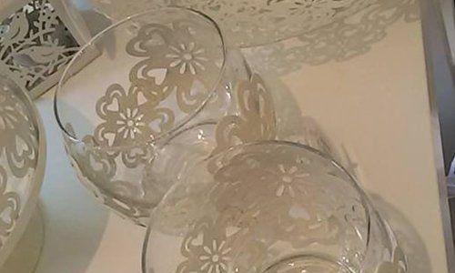 due bicchieri e decorazioni con del pizzo