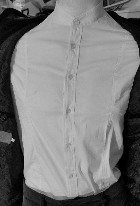 un manichino con addosso una camicia bianca alla koreana