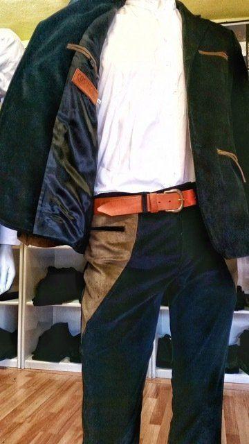 un manichino con una giacca verde scuro e blu