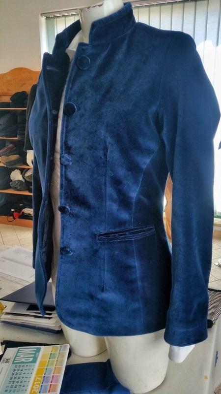 un manichino con addosso un cappotto blu