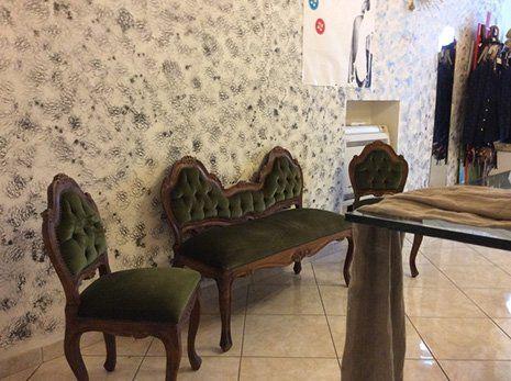 L'interno del negozio di sartoria a Foligno