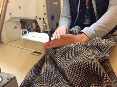 Riparazione abito con macchina da cucire