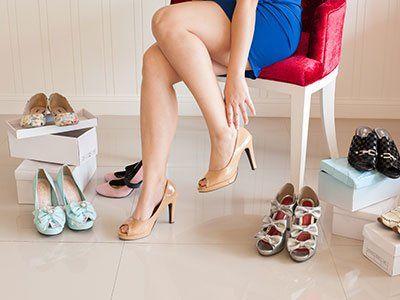 Donna che prova scarpe