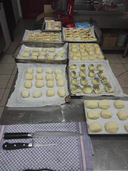 delle tartine di pasta fresca su delle teglie pronti per essere infornati