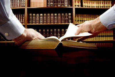studio legale con libri giudice