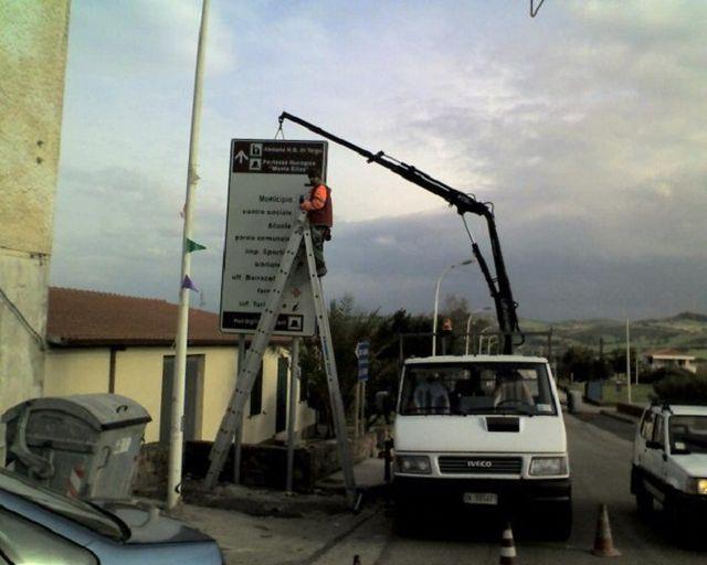 installazione cartello stradale