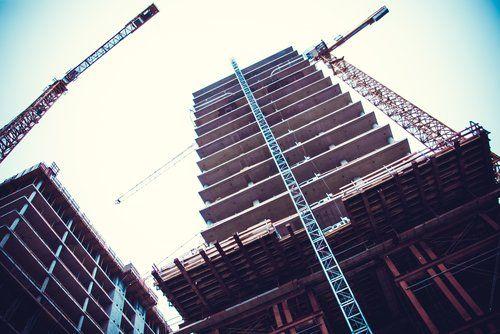 vista dal basso di un edificio in costruzione